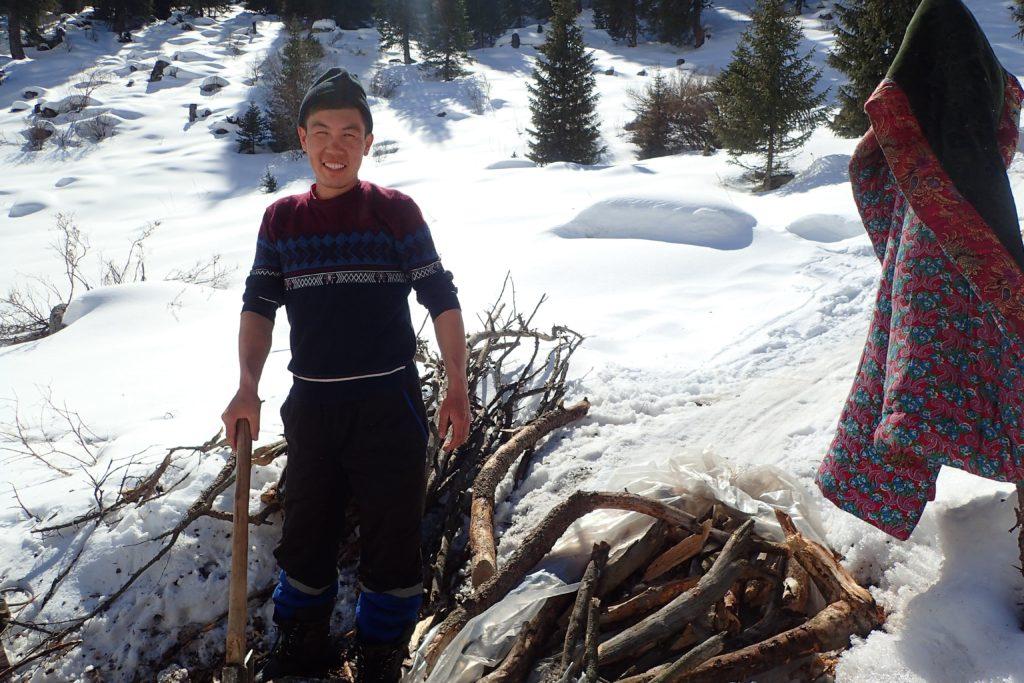 l intendant du camp avec un enorme travail de gestion du bois